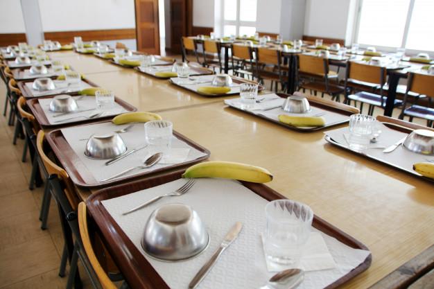 Dimoba presta el servicio de monitores de comedor en tres centros escolares de la Junta en Sevilla